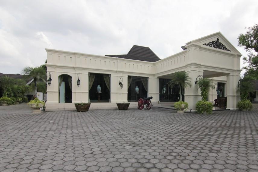 Rumah ini dibangun oleh Kanjeng Raden Adipati Sosrodiningrat IV dan mulai ditempati oleh anaknya Kanjeng Pangeran Harya Wuryaningrat pada 1914