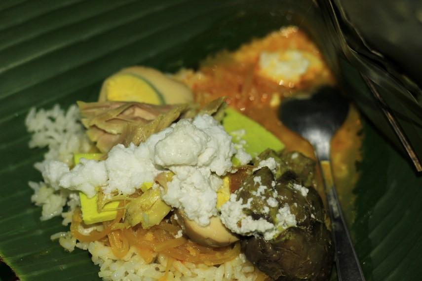 Saat disajikan, nasi liwet akan dilengkapi sayur labu siam, suwiran daging ayam pindang, jeroan ayam, telur pindang, dan irisan tahu kuning