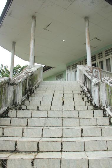 Salah satu tangga menuju pintu masuk utama rumah yang menjadi rumah pertama yang pertama kali dibangun di Kawasan Tanjung Pendam