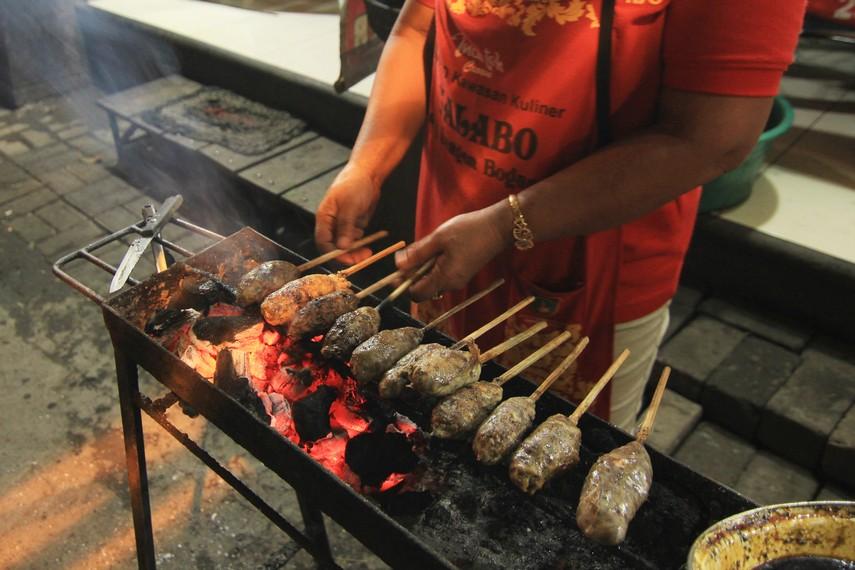 Sate bunthel terbuat dari daging kambing yang digiling hingga halus
