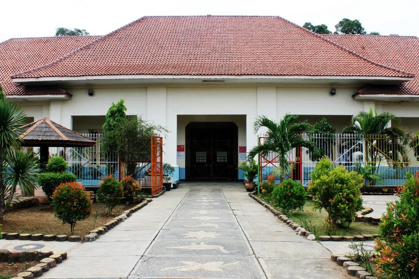 Sejak didirikan, bangunan ini beberapa kali berubah fungsi, seperti tempat pengasingan anak-anak keturunan Belanda