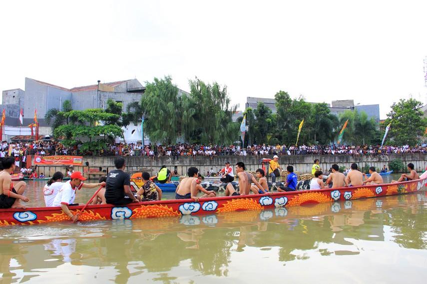 Sejak pagi masyarakat sudah berkumpul di sepanjang bantaran Sungai Cisadane untuk menyaksikan tradisi lempar bebek