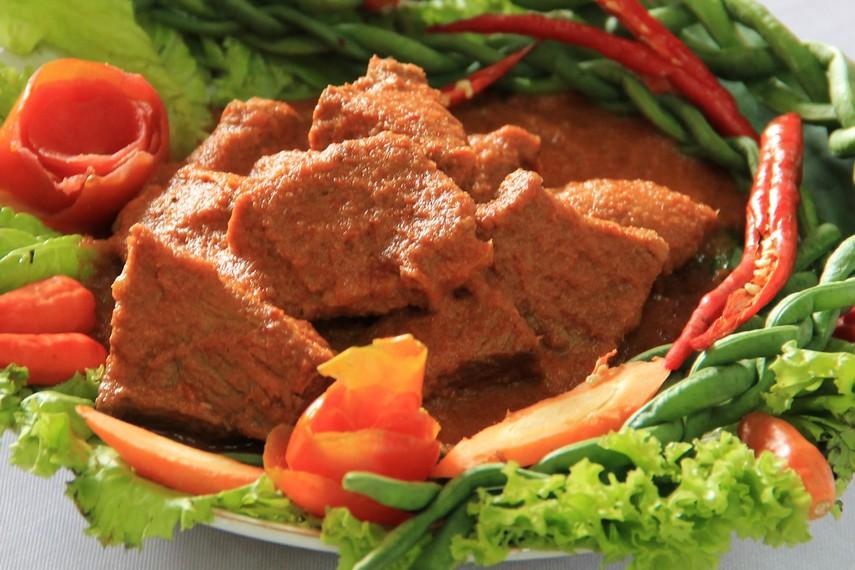 Sekilas daging asam pandeh dagiang sama seperti daging rendang yang berwarna kecoklatan dan sedikit berkuah