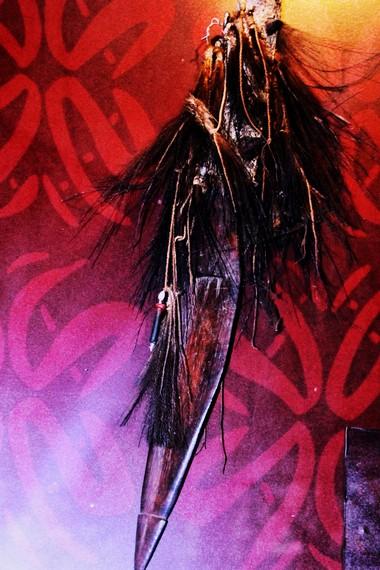 Selain terkenal dengan seni ukirnya yang adiluhung, Suku Asmat juga memiliki senjata tradisional yang eksotis