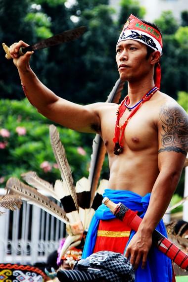 Suku Dayak percaya bahwa seseorang yang memegang mandau akan memiliki kekuatan lebih