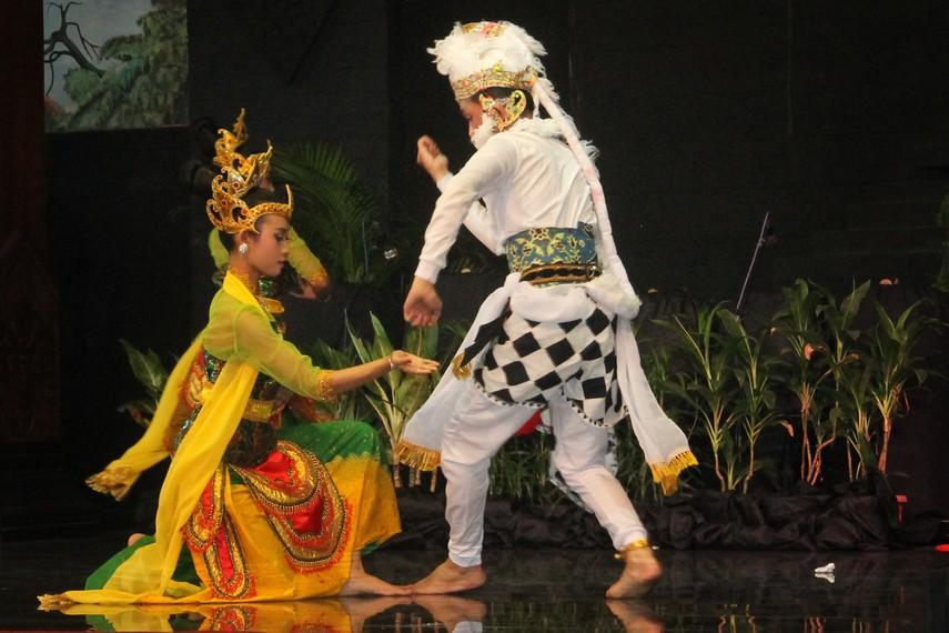 Tari Kethek Ogleng dipentaskan oleh 3 penari wanita dan seorang penari laki-laki sebagai manusia kera
