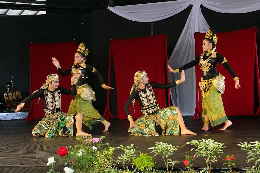 Tari ini diawali dengan masuknya 8 penari yang terdiri dari 4 orang penari perempuan dan 4 orang penari laki-laki