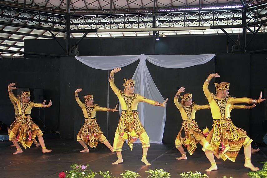 Tari ini ditarikan oleh 7 orang penari yang semuanya laki-laki