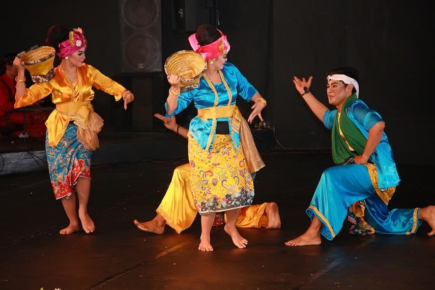 Tari Kamonesan merupakan tari berpasangan yang ditarikan oleh 8 orang yang terdiri dari 4 orang laki-laki dan 4 orang perempuan