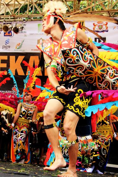 Tari pepatay biasa dipentaskan oleh para pemuda dengan mengenakan pakaian adat Suku Dayak Kenyah yang bernama sapei sapaq
