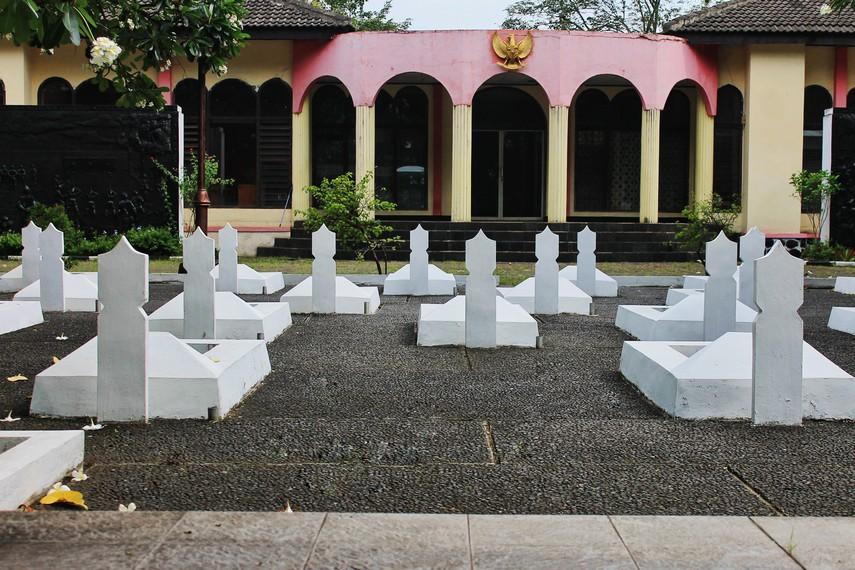 Terdapat 48 pahlawan yang dimakamkan di taman makam ini, tiga di antaranya adalah pahlawan tidak dikenal