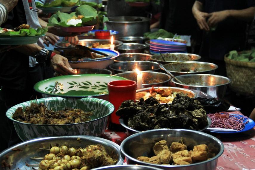 Hampir 40 jenis lauk pauk tersedia dalam warung yang menyajikan nasi jamblang
