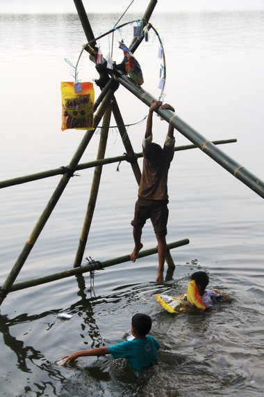 Tradisi panjat pinang sudah ada dan menjadi permainan rakyat sejak zaman kolonial Belanda