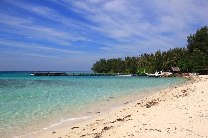 Untuk mencapai pulau ini, Anda harus menyeberang dari pelabuhan di Jepara
