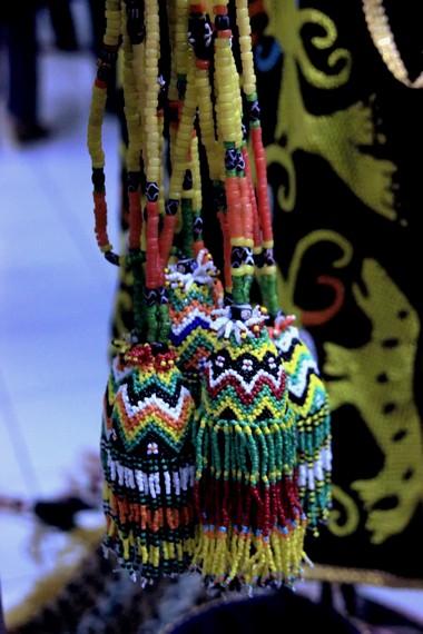 Warna-warna yang kontras pada berbagai aksesori Suku Dayak melambangkan kehidupan yang harmonis
