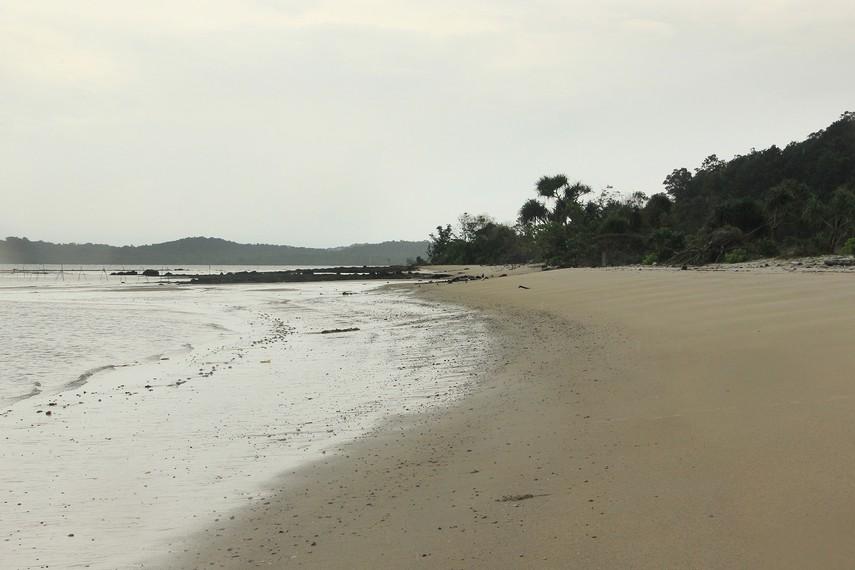 Pantai Pasir Panjang memiliki keunikan yakni pasir pantainya yang agak keras ketika diinjak