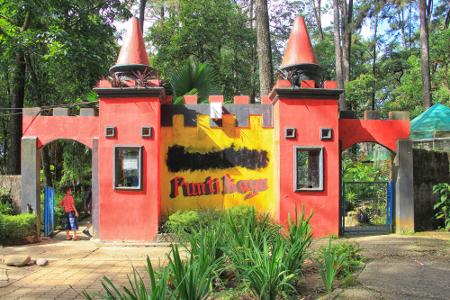 Di awal pencanangannya sebagai hutan wisata, Hutan Wisata Punti Kayu memegang teguh fungsinya sebagai tempat konservasi, tempat wisata dan rekreasi