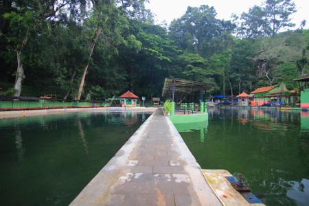 Kolam terbesar di objek wisata Cigugur memiliki luas mencapai sekitar 500 meter