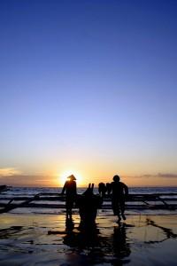 Beberapa nelayan bersiap menyambut malam