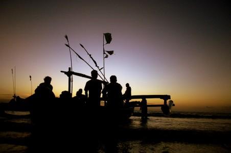 Rona matahari tenggelam diantara kapal para nelayan