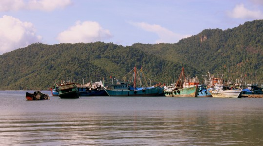 Kapal asing yang tertangkap oleh petugas dari Indonesia dikarantina di Pelabuhan DKP Antang