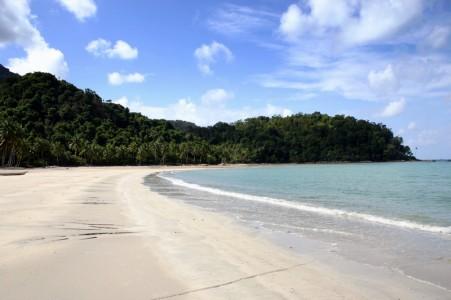 Memiliki pasir putih dan kontour yang landai