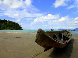 Bermain Pasir Putih di Pantai Padang Melang