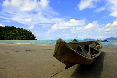 374_thumb_Padang_Melang-Keindahan_di_tengah_kesederhanaan_dimana_nelayan_masih_menggunakan_perahu_kecil_utk_melaut-Yudi.jpg