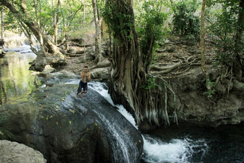 Bergelantungan ala Tarzan menjadi kegiatan yang menyenangkan di air terjun ini