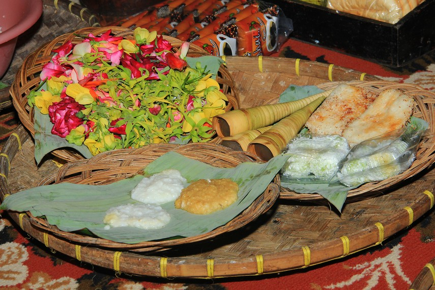 Sesajian kembang tujuh rupa dan beraneka kue dalam ritual Neteupken menyambut Seren Taun