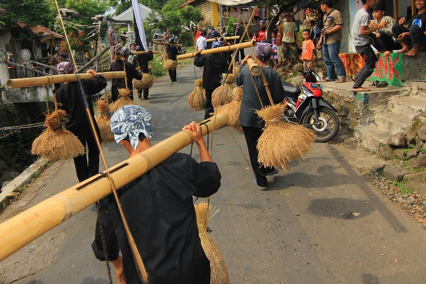 Bambu jenis gombong diberi rongga agar menghasilkan suara yang unik