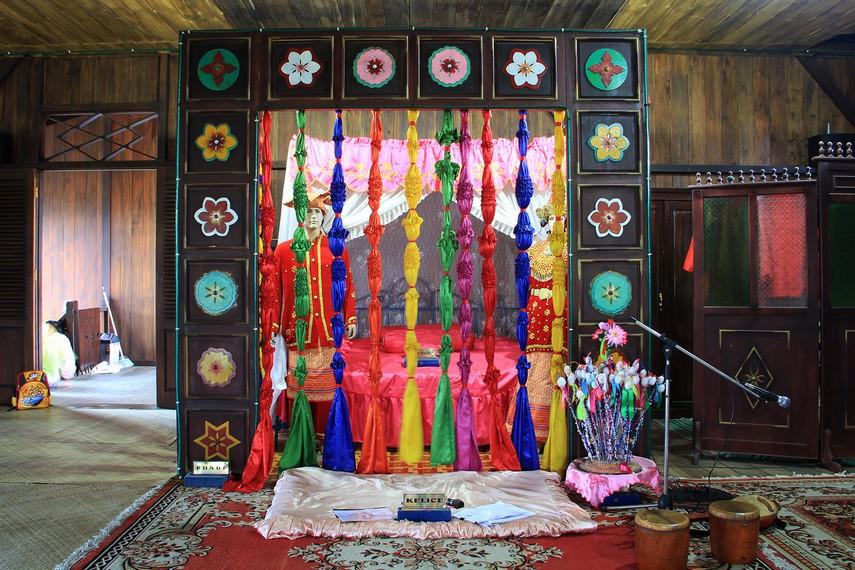 Kamar tidur pengantin menjadi salah satu ornamen yang berada di rumah adat Belitung