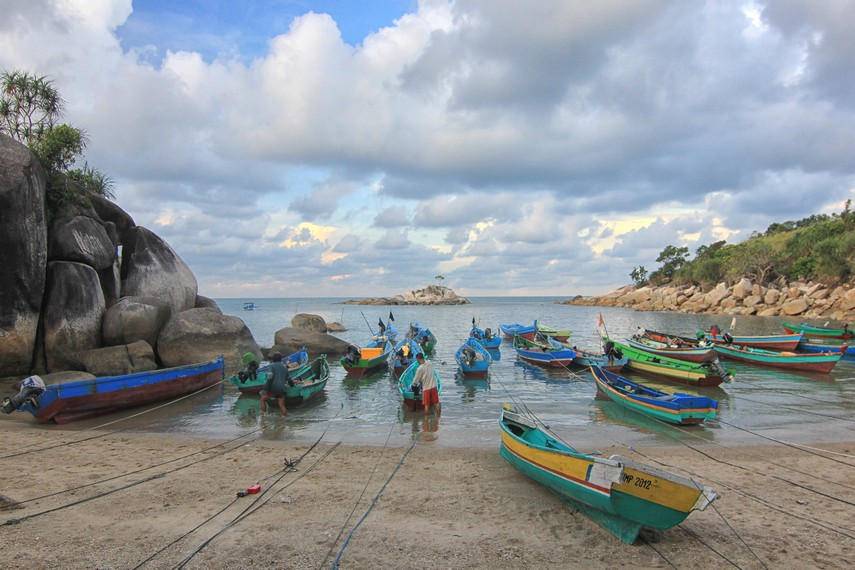 Pantai Tanjung Layang biasa dijadikan tempat melabuhkan perahu oleh para nelayan