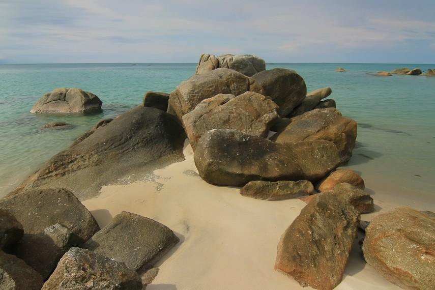 Pantai Tanjung Pesona memiliki dua wilayah pantai, pantai bagian barat dan timur