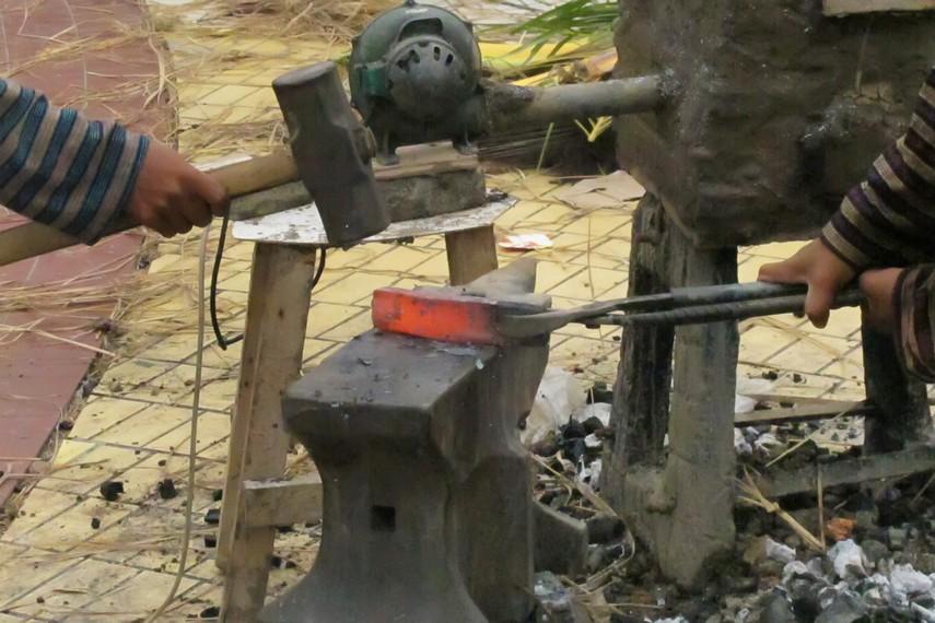 Pembuatan keris diawali dengan penempaan campuran logam besi dan pamor pada suhu 1.000 derajat celsius
