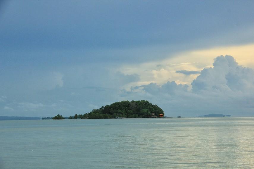 Pulau Kalimua yang berada di tengah pantai Tanjung Pendam menjadi pemandangan indah di Pantai Tanjung Pendam