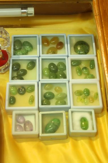 Selain batu lumuik yang kehijauan, juga terdapat aneka jenis batu perhiasan lainnya