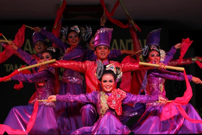 Tata rias wanita penari dibuat minimalis, tapi tetap anggun dengan busana Melayu yang bersahaja