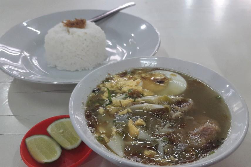 Soto Banjar biasa disajikan dengan lontong maupun nasi putih lengkap dengan jeruk nipis yang memberikan nuansa rasa segar didalamnya