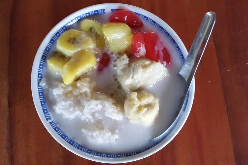 Kolak durian terbuat dari ketan putih yang dikukus, kolak pisang kepok, jagung manis rebus, gula aren, santan kelapa, dan daging buah durian