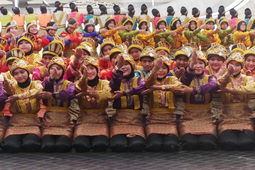 Begitu musik yang berisi syair keagamaan yang disebut Rapa'i mulai dimainkan, serentak seluruh penari melakukan gerakan yang kompak