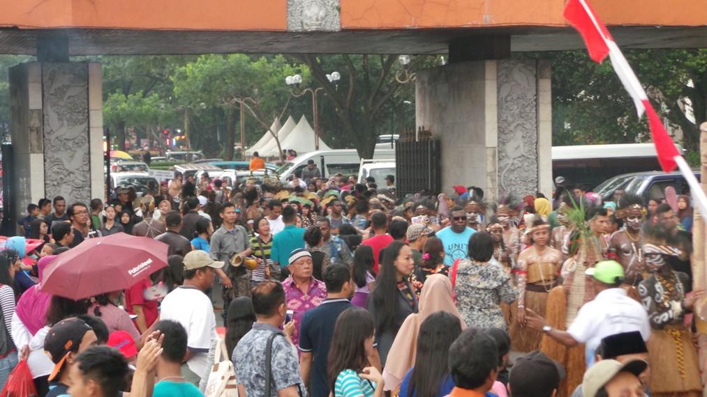 Parade ini mendapat sambutan meriah dari para penonton yang sore itu memadati halaman lokasi parade berlangsung
