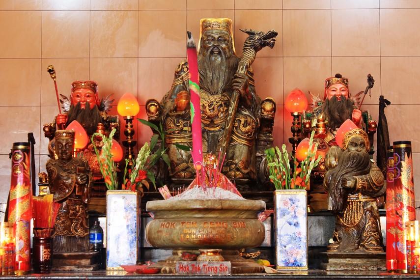 Altar Hok Tek Tjeng Sin atau Dewa Bumi yang menjadi tuan rumah di Klenteng Boen San Bio
