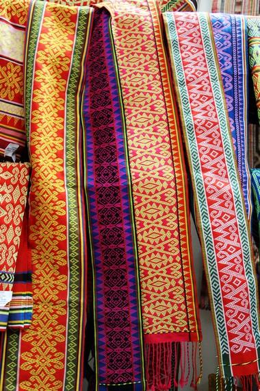Aneka motif dan warna dari kain sidan yang menjadi buah tangan khas Provinsi Kalimantan Barat