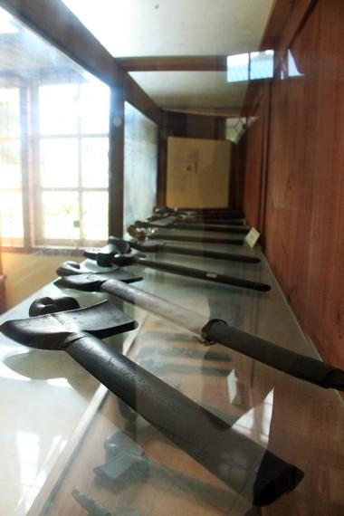 Aneka senjata seperti keris dan golok yang tersusun rapih di dalam Museum Badau