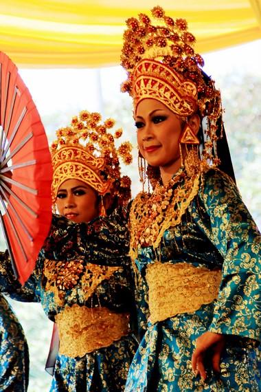 Baju yang digunakan oleh penari adalah baju kurung teluk belanga, sementara bagian kepala dihiasi oleh mahkota