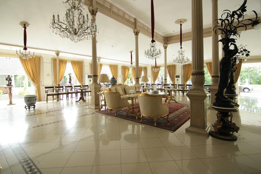 Bangunan seluas 400 meter persegi ini menggabungkan konsep gaya Eropa dengan gaya Jawa