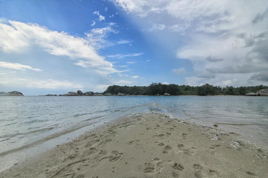 Berjalan diatas pasir putih dengan air laut yang jernih dapat memberikan efek kenyamanan tersendiri di pulau ini