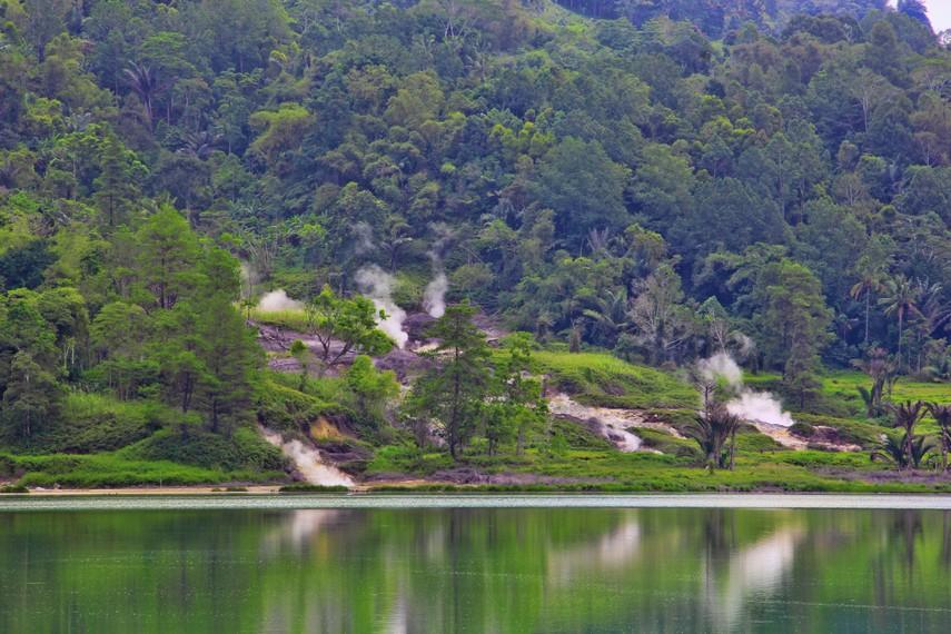 Berjarak 30 km dari Kota Manado atau memakan waktu sekitar 1 jam perjalanan untuk bisa sampai ke danau ini