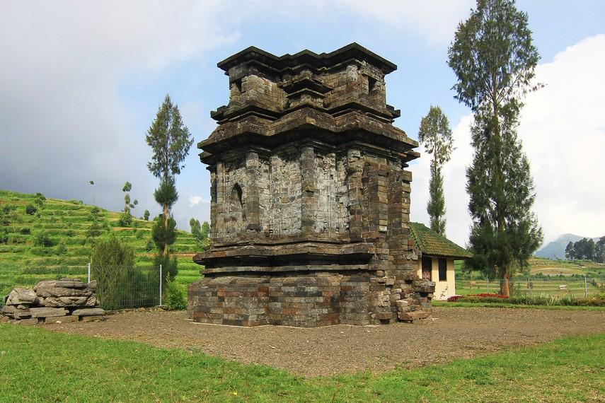 Candi Dwarawati memiliki ukuran panjang 5 meter, lebar 4 meter, dan tinggi 6 meter
